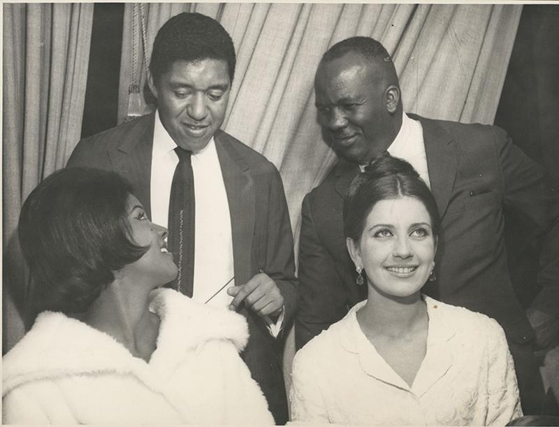 A Miss Guanabara Vera Lúcia (esq.) e Agostinho dos Santos (o primeiro à esq.)