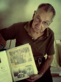Farah, ex-jogador do Madureira, mostra seu álbum de recortes da viagem a Cuba