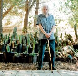 Sasha com os cactus de seu jardim, que fornecem matéria-prima para boa parte das pesquisas que desenvolve no laboratório dos fundos de sua casa