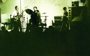 A banda Akira S e as Garotas que Erraram, com Alex Antunes (vocal) e Akira S (baixo)