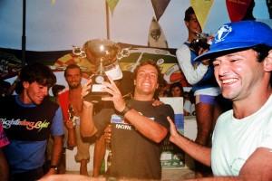 Com o troféu de campeão brasileiro de 1984