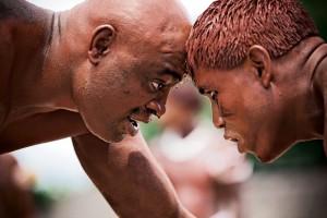 Anderson em luta com o campeão de huka-huka Were, que carrega como cinturão um pássaro Xexéu na cintura