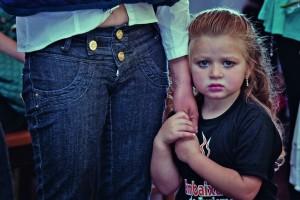 Stefany, de 3 anos agarra-se à mãe