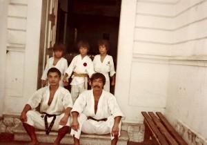 O patriarca sentado ao lado de um aluno da Apam (Associação Paraense de Artes Marciais) e escoltado pelos três filhos em pé