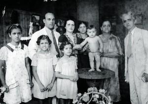Com 1 ano de idade em Manaus, com os pais (a mãe está segurando sua mão e o pai está ao lado dela) e familiares