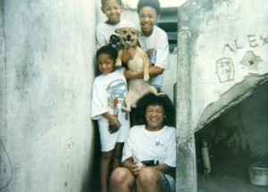 Leandro, Katiane, Evandro, dona Jacira e a cadela Afrodite, que foi mordida pelo futuro rapper na disputa por um pedaço de pão