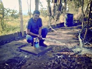Marcos ao lado de um dos poços artesianos que furou na região de São José dos Campos