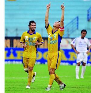 Cauê observa um companheiro comemorar gol à moda de Kaká