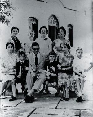 A familia na casa do avô nas Laranjeiras, Rio, em 1958. De óculos escuros, o pai, Gerardo, à sua dir. Tunga e a mãe, Léa de Barros