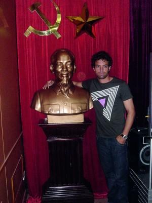Com um busto do líder revolucionário Ho Chi Minh