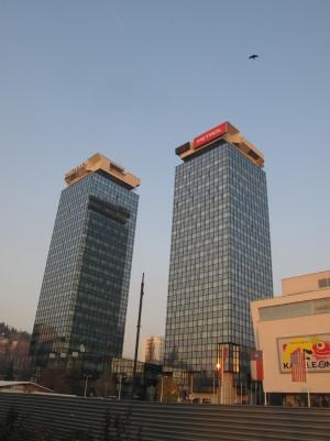 as reconstruídas Torres Gêmeas de Sarajevo