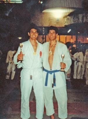 De faixa branca, com o irmão Rogério em um campeonato de jiu-jítsu em Salvador