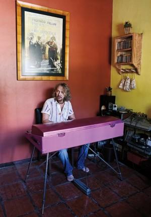 O compositor dedilha o piano em sua casa no Recreio dos Bandeirantes, no Rio de Janeiro
