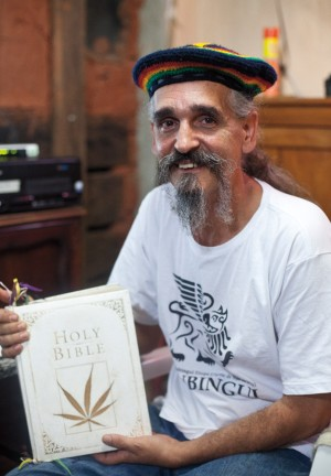 Ras Geraldinho com sua Bíblia customizada