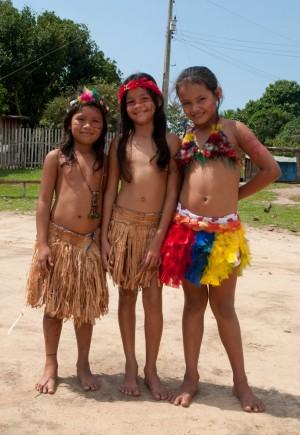 de saia colorida, a filha do cacique Ciocy – aos 10 anos, sendo preparada para concorrer no concurso de beleza