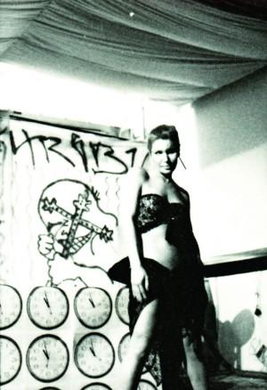 O travesti Cláudia Wonder durante performance em que saía de uma banheira de groselha