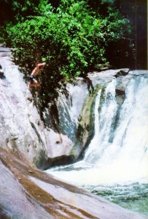 Salta em uma cachoeira, em raro momento de adrenalina