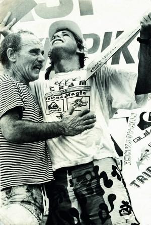 À esq., Bigode entrega troféu a Picuruta, e os dois extravasam a emoção da vitória pouco depois da morte de Lequinho