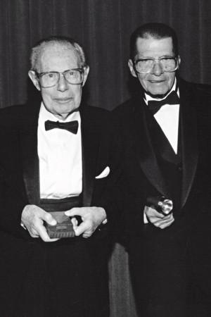 Robert Adler (esq.), conhecido como o inventor do controle remoto, e Eugene Polley, o pioneiro pouco reconhecido, com suas respectivas invenções