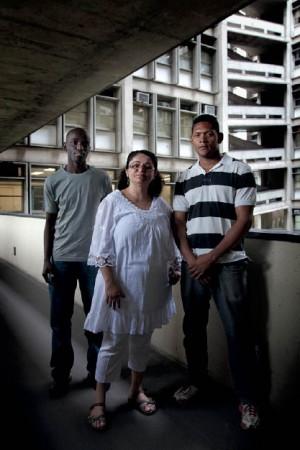 Vanusa com os ex-presidiários Luiz Henrique e Samuel, que estão ajudando a professora na produção do guia