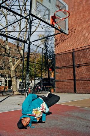 Neguin mostra sua elasticidade em uma quadra de basquete de Manhattan