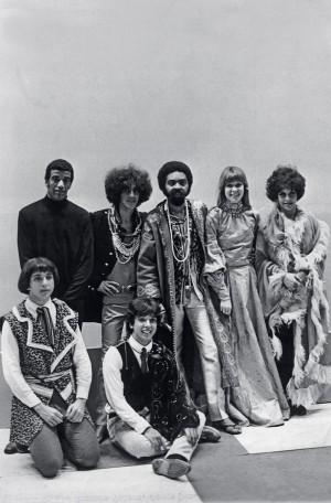 Com Caetano Veloso, Gilberto Gil, Rita Lee, Gal Costa e os irmãos Sérgio e Arnaldo Baptista, na estreia do programa Divino, Maravilhoso, da rede Tupi