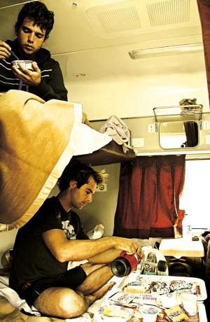 Bruno, ao lado de Trekinho, encara uma marmita no trem