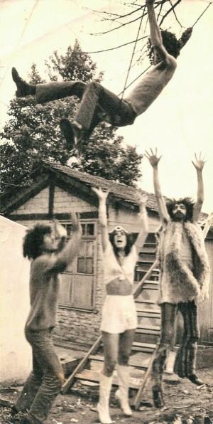 Moraes no ar, Galvão, Baby com um chapéu feito do volante de um Fusca e Paulinho, na casa do Imirim (SP)