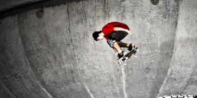 Pedro Barros, talento do skate, em seu bowl particular