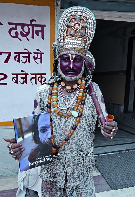 Arthur levou seu livro para circular entre os indianos que o inspiram