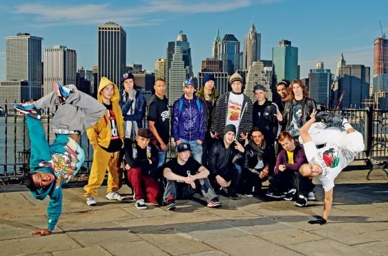 os 16 b-boys que participaram do mundial em Nova York, com Neguin à esq. e o campeão Lilou à dir.