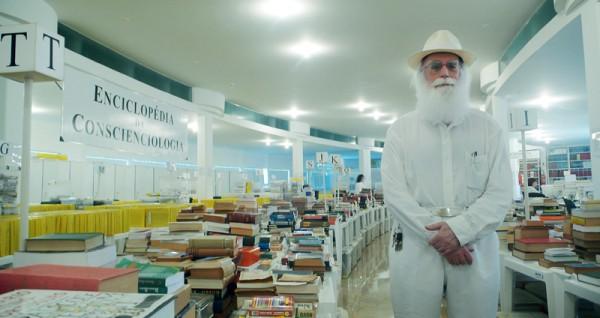 Waldo Vieira orgulhoso diante de sua coleção de 5.398 dicionários