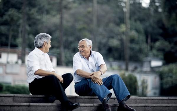 Caco Barcellos e Ladislau Dowbor conversam no parque Burle Marx, em São Paulo, durante o encontro promovido pela Trip