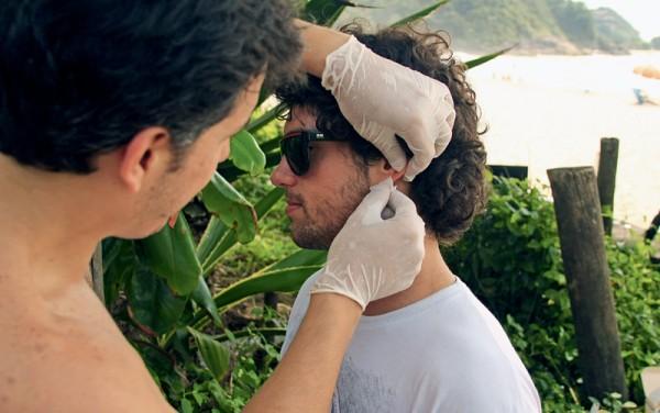 Carlos Cintra tira uma gota de sangue da orelha de Igor Morais e depois este vai para o mar