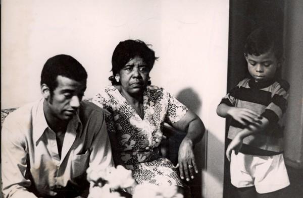 O compositor com sua mãe, Silvia Saint Ben Lima, em registro de 1969