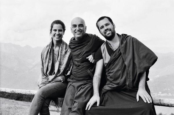 Com a irmã, Fernanda, e o pai, Daniel, já convertido ao budismo, no ano passado