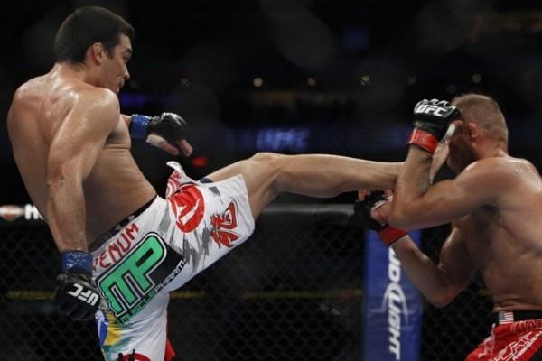 Lyoto Machida deixa Randy Couture no chão com chute direto no queixo durante o UFC 129