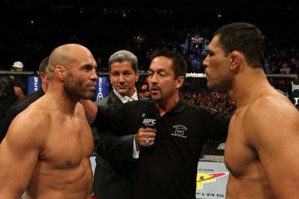 Couture (esq.) encara Minotauro enquanto Yamasaki dá as orientações no UFC 102