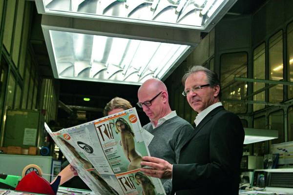 O editor Thomas Garn (ao centro) observa as provas do primeiro numero da Trip em alemão