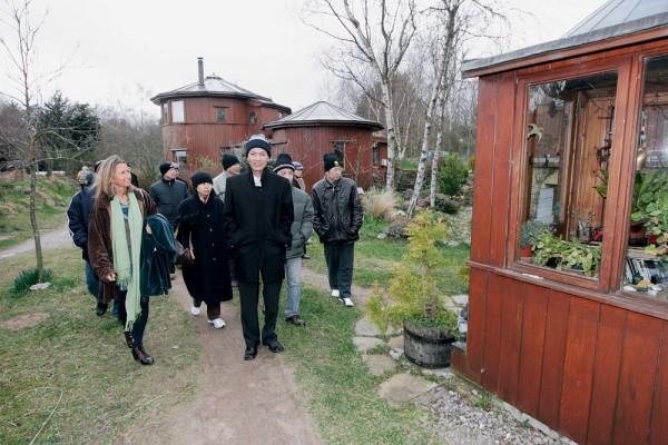 ela recebe delegações oficiais da Coréia e Vietnã na ecovila de Findhorn, Escócia; ao fundo, as casas de barril