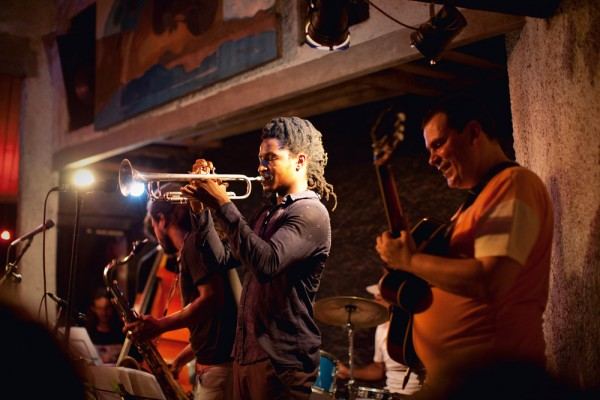 Cenas da moite de Jazz no The Maze, no Catete