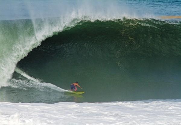 Se preparando para o tubo que pegou na remada em Puerto Escondido, México. A partir dali passou a viajar o mundo atrás de ondas gigantes