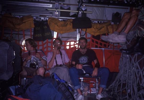 Dandão (à dir.) no avião que o levou a Sarajevo em 1993.