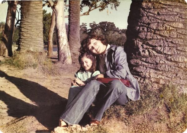 Com a mãe, Irma, aos 8 anos, em um parque em Buenos Aires