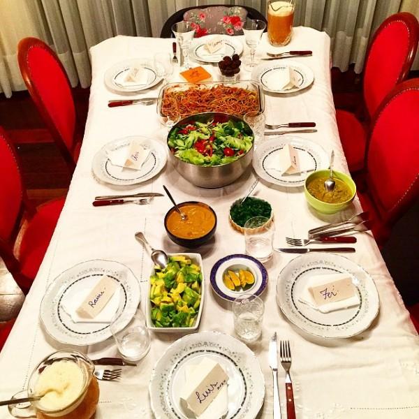 Jantar frugívoro preparado na casa de Anna e Raini