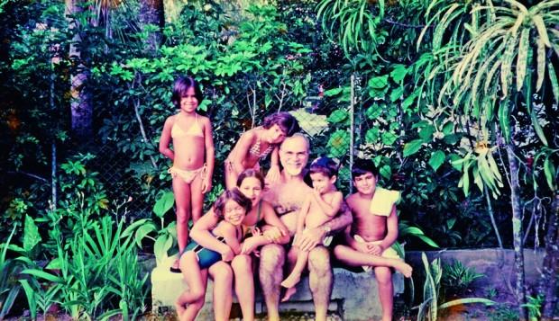 Com a esposa, Celeste, e os três filhos, em frente à casa de Piratininga, em Niterói