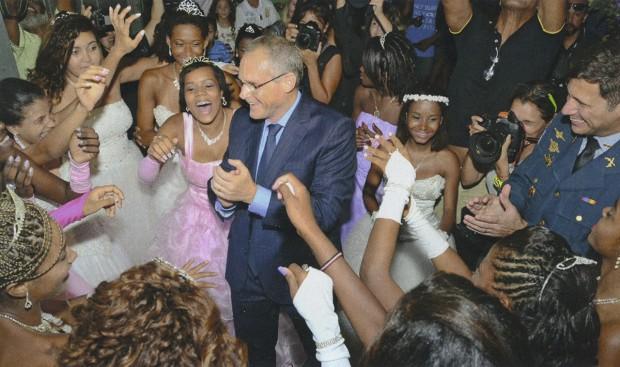 Caprichando na dança em um baile de debutantes da UPP do Morro da Providência