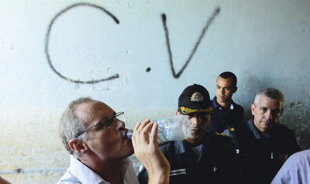 Polícia militar inaugura destamento no Morro São José Operário, ano passado/; ao fundo, pixo do Comando Vermelho