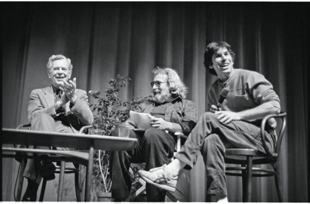 O renomado professor de mitologia Joseph Campbell palestra ao lado de Jerry e Mickey, após sua revelação em um show da banda