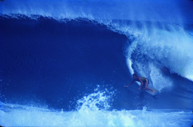 """Backdoor, Pipeline, 1981, com a prancha que """"pegou emprestada"""" de Bocão. Na outra pág., o primeiro passaporte de Picuruta, a caminho do Havaí"""